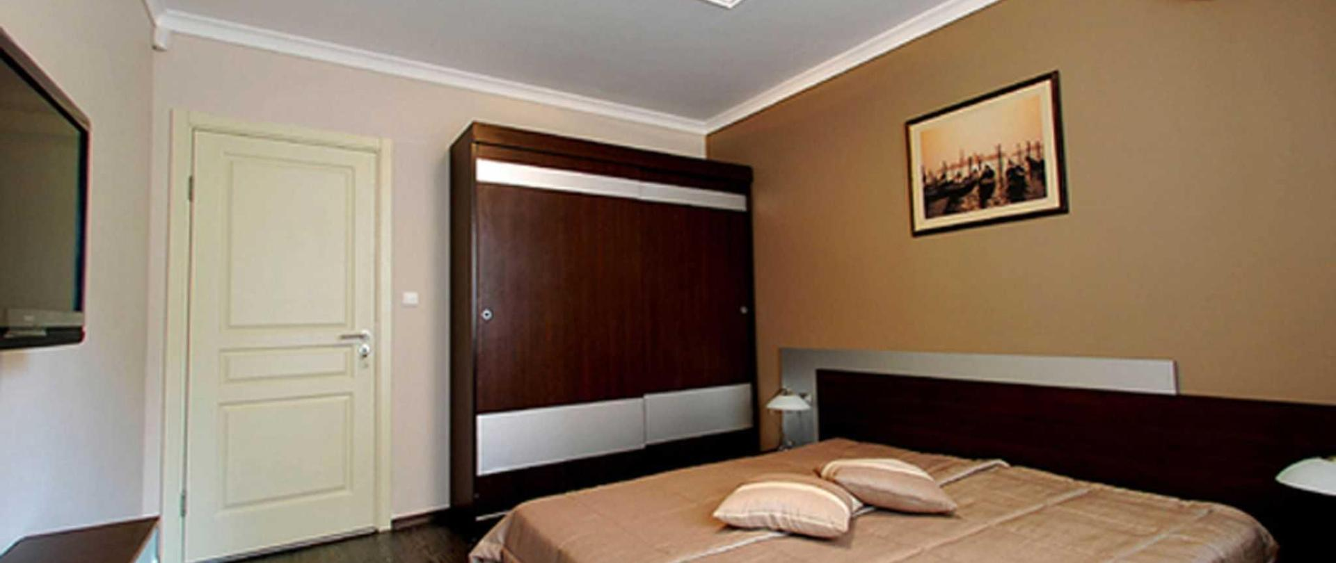hotel_apartment_bedroom_2.jpg
