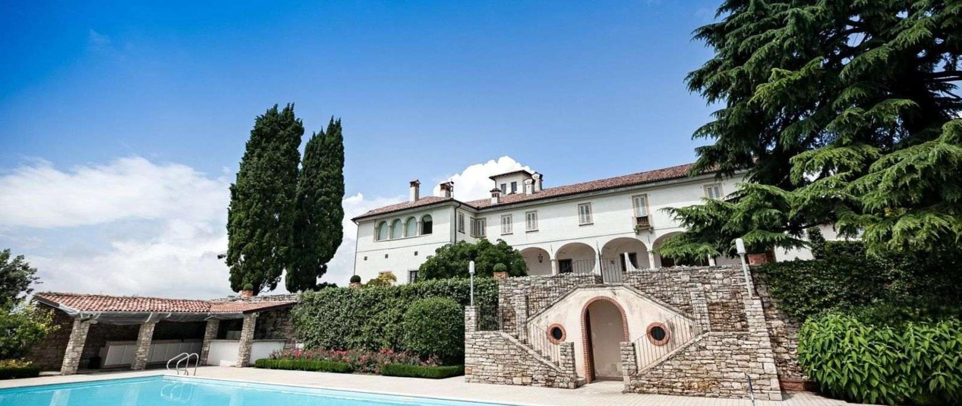 Castello degli Angeli parco piscina e cedro.jpg