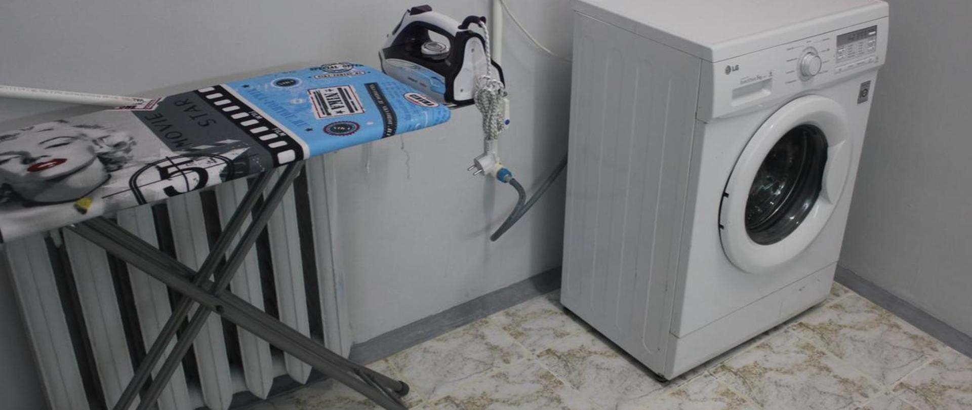 Хостел Sochi Stars в Адлере - стиральная машина и гладильная доска
