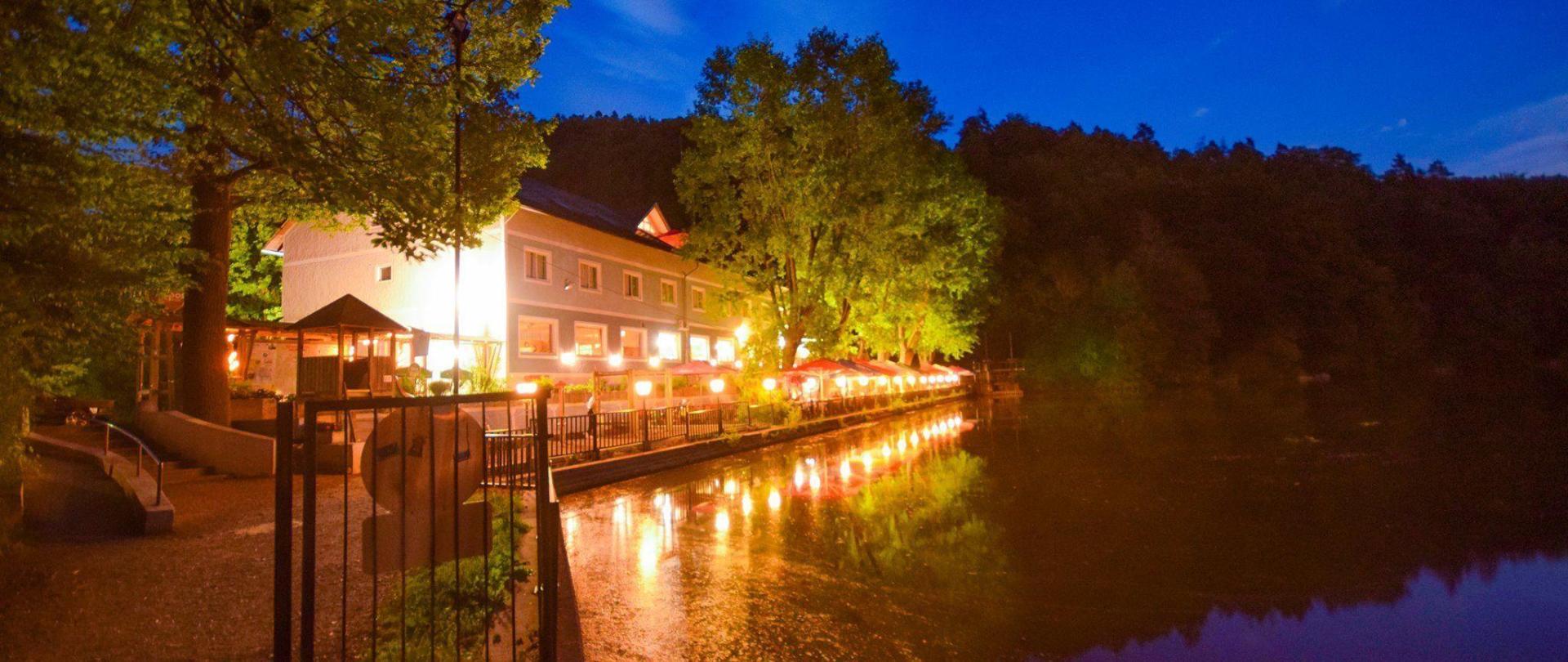 Restaurant Thalersee Terrase im Nacht.jpg