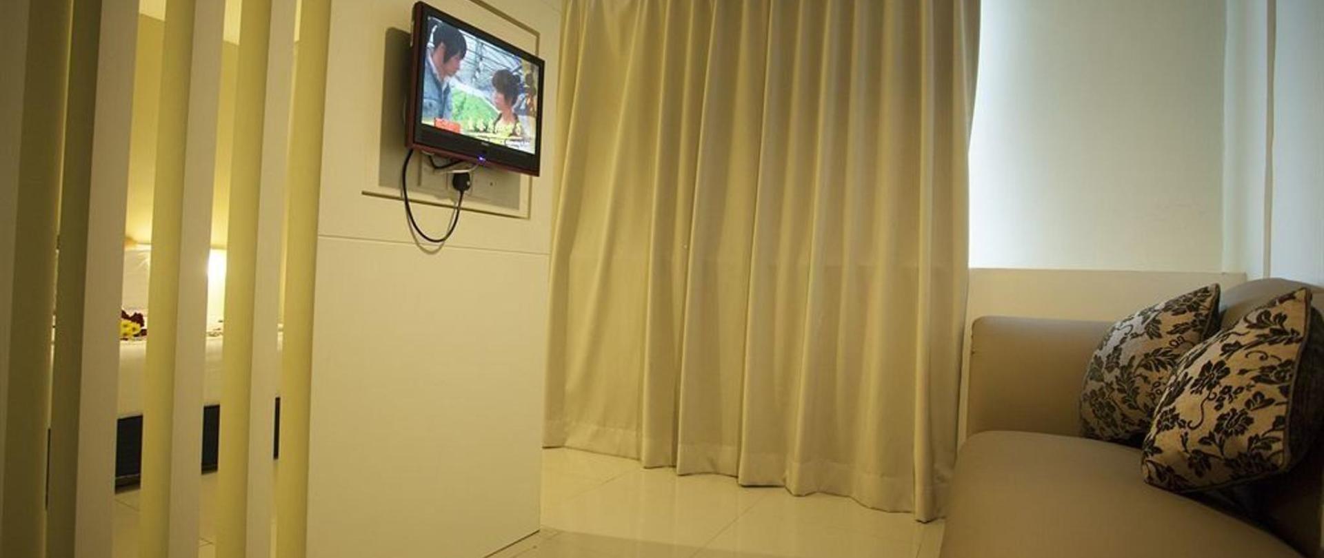 deluxe-premier-window-with-sofa.jpg