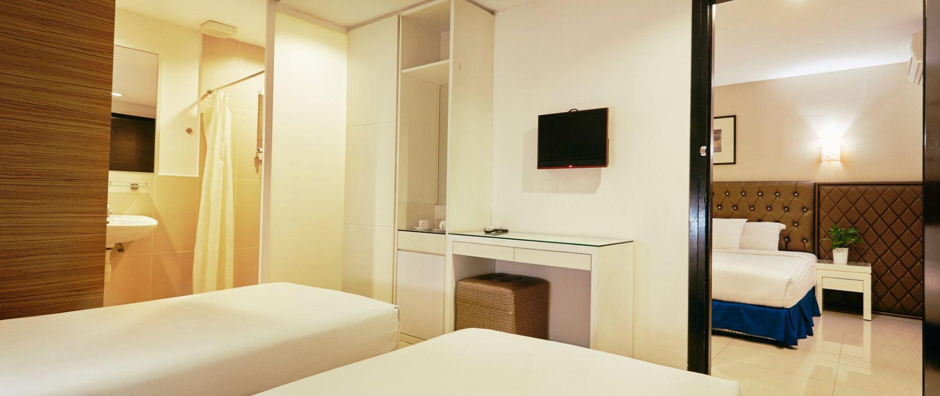 family-sute-4-single-bed-connecting-room-1.jpg