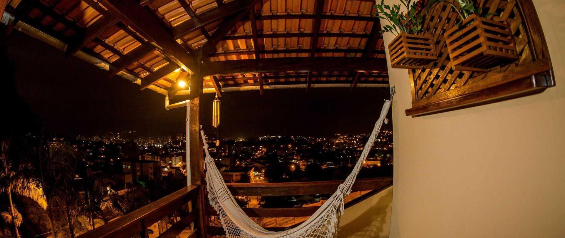 pousada-casar-o-em-jaragu-do-sul-santa-catarina-brasil-205-su-te-tripla-com-hidromassagem-e-vista-da-cidade-e-das-montanhas-vista-da-sacada.jpg