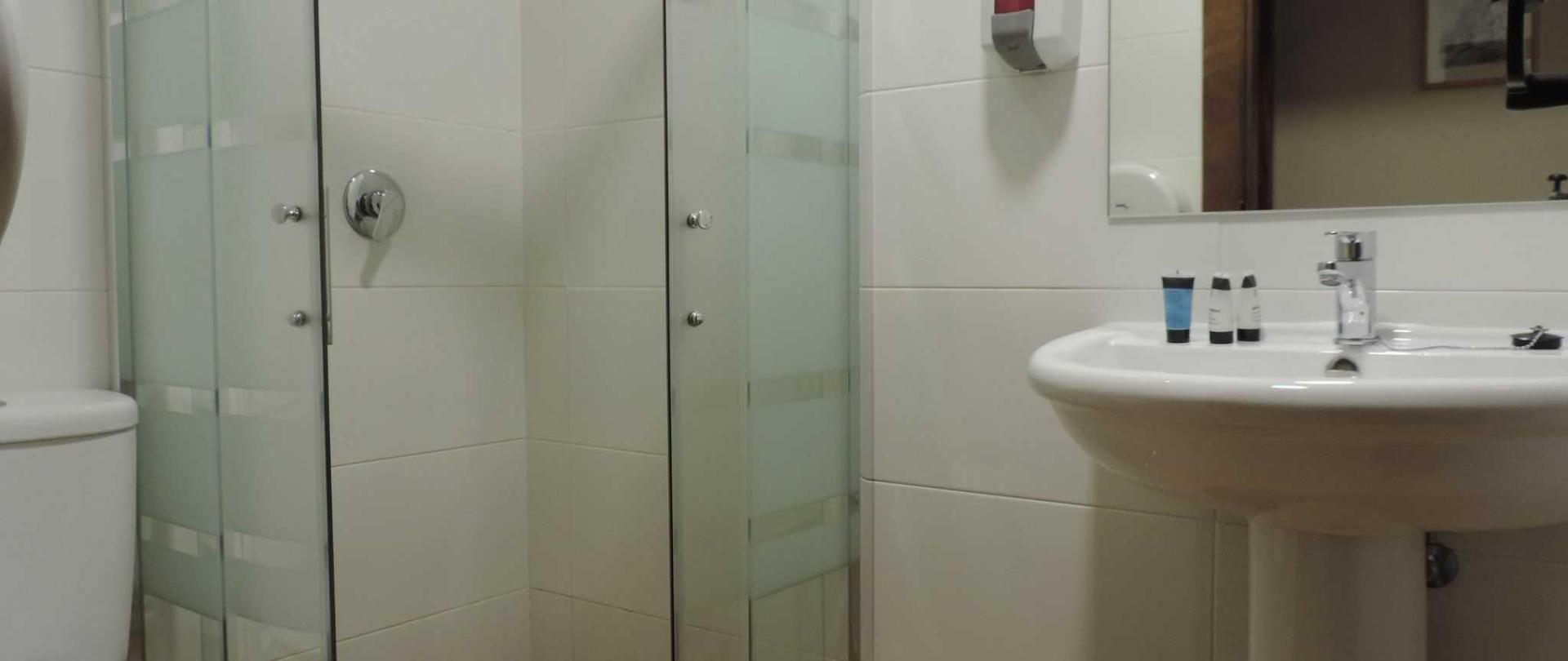 Baño habitación privada.JPG