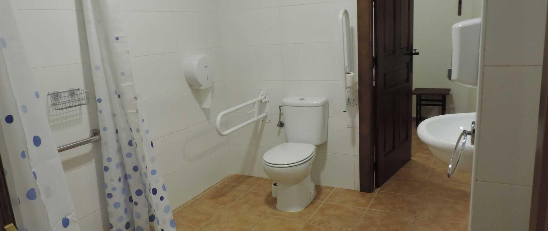Baño habitación privada dos camas.JPG