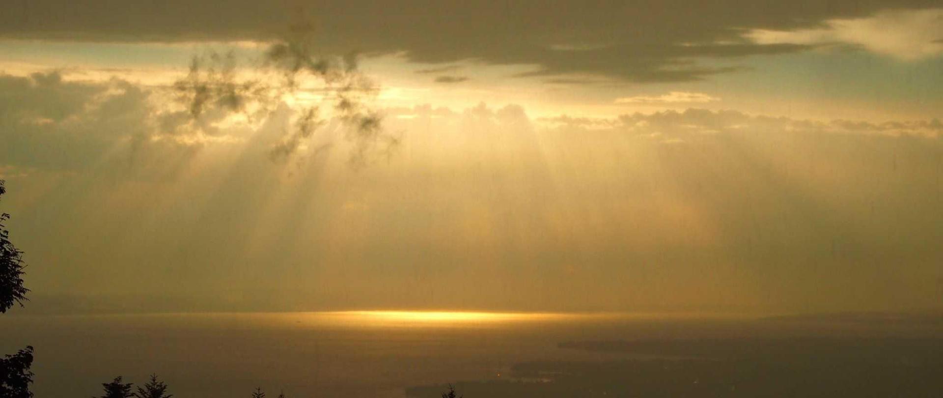 Atemberaubende Sonnenuntergänge und Lichtspiele über dem Bodensee