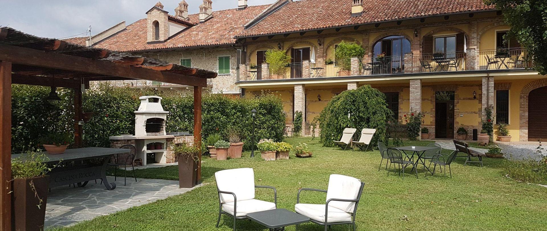 cascina-rocca-esterna-garden.jpg