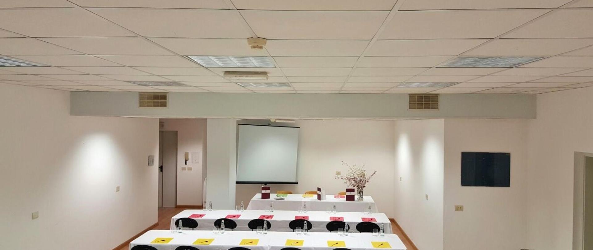 sala riunioni banchi scuola 3.jpg