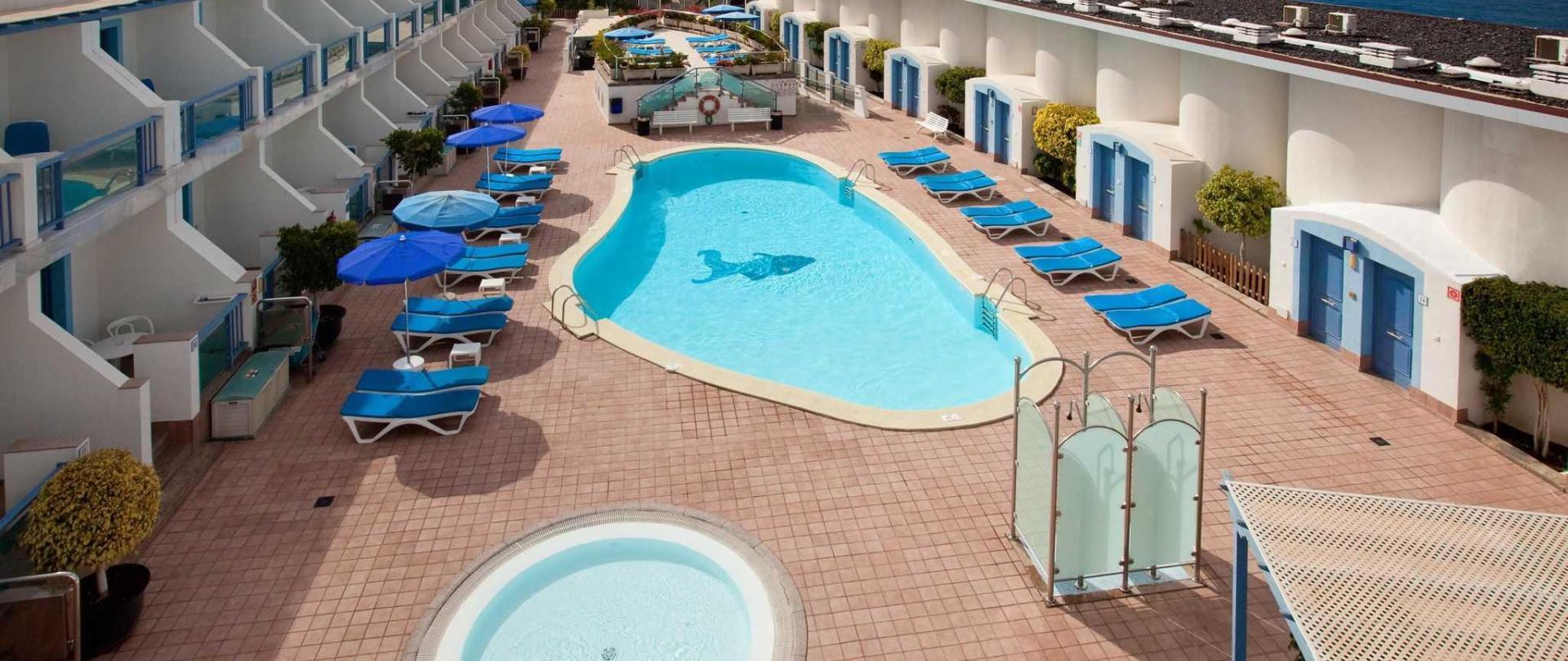 piscinas-y-solarium-1.jpg
