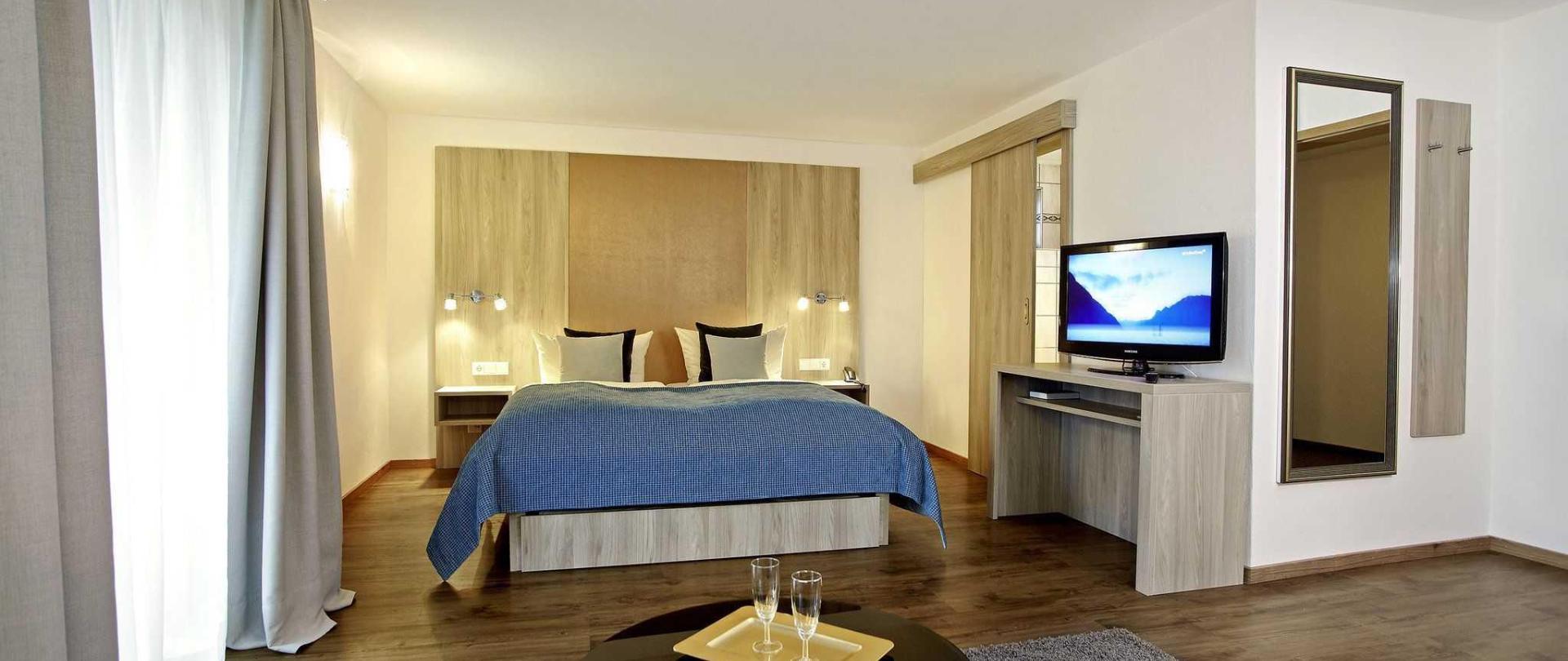 familienzimmer-in-blau-und-silber-2.jpg