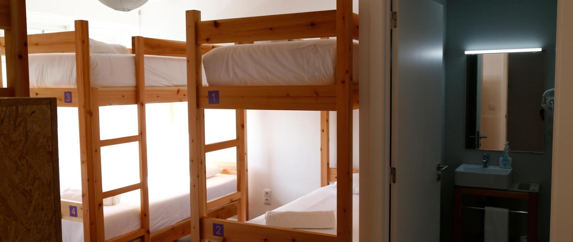 6 bed Dorm - City's Hostel Ponta Delgada (5) .jpg