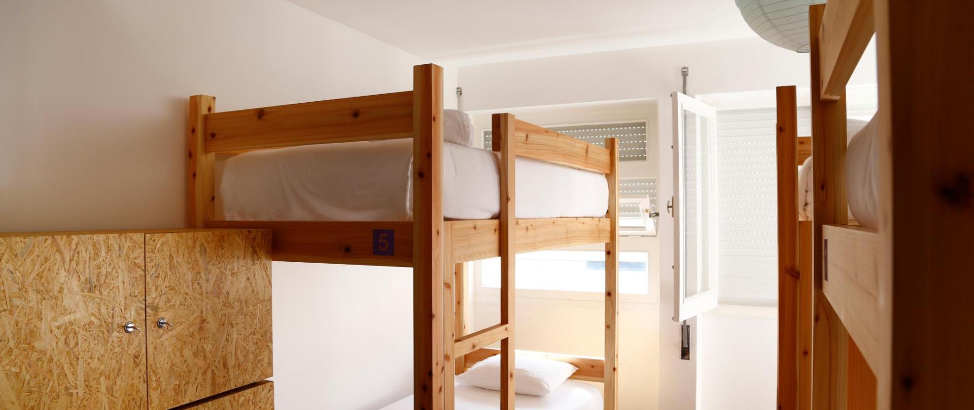 6 bed Dorm - City's Hostel Ponta Delgada (4) .jpg