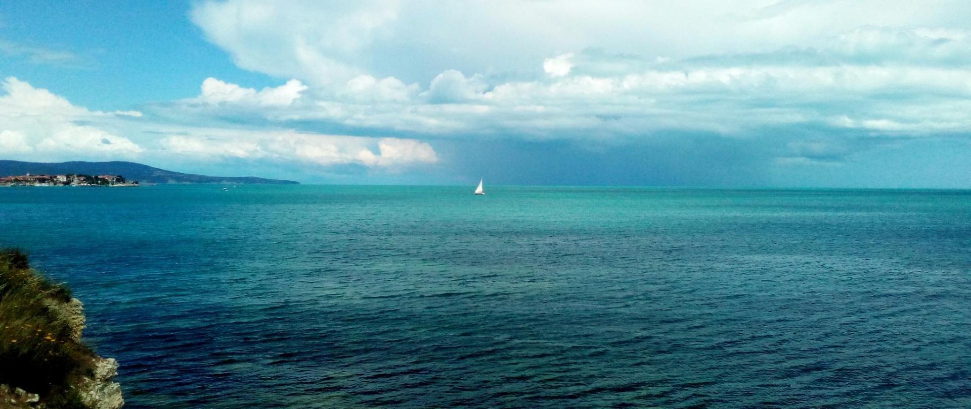 между морето и небето.jpg