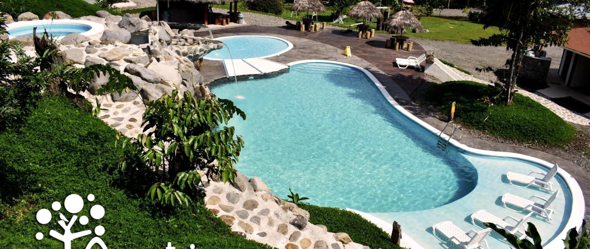 panoramica piscina.con logo.jpg