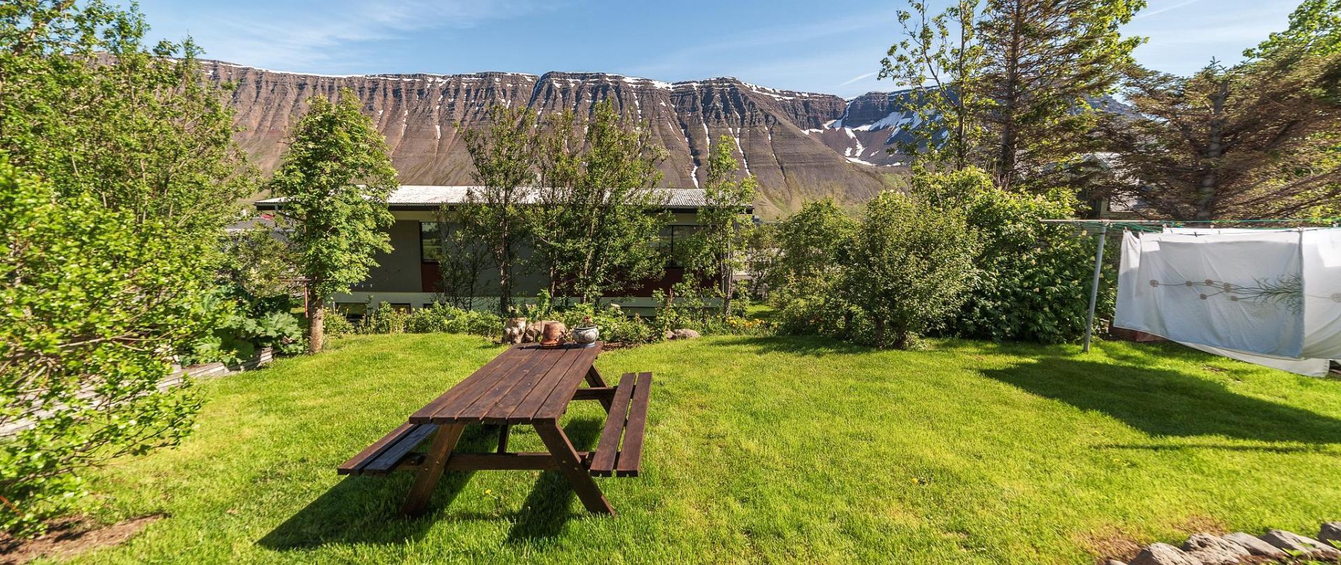 Garður og fjöll.jpg