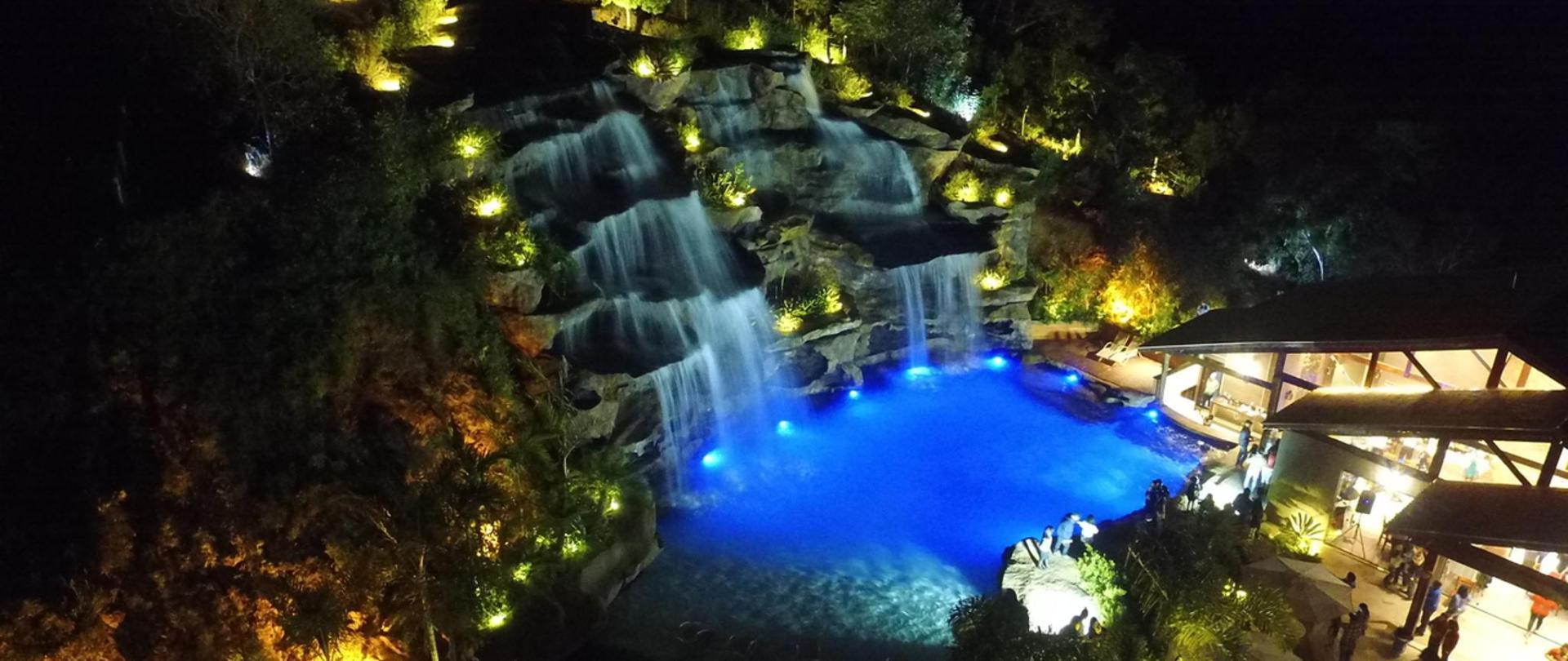 cachoeira a noite_Easy-Resize.com (1).jpg
