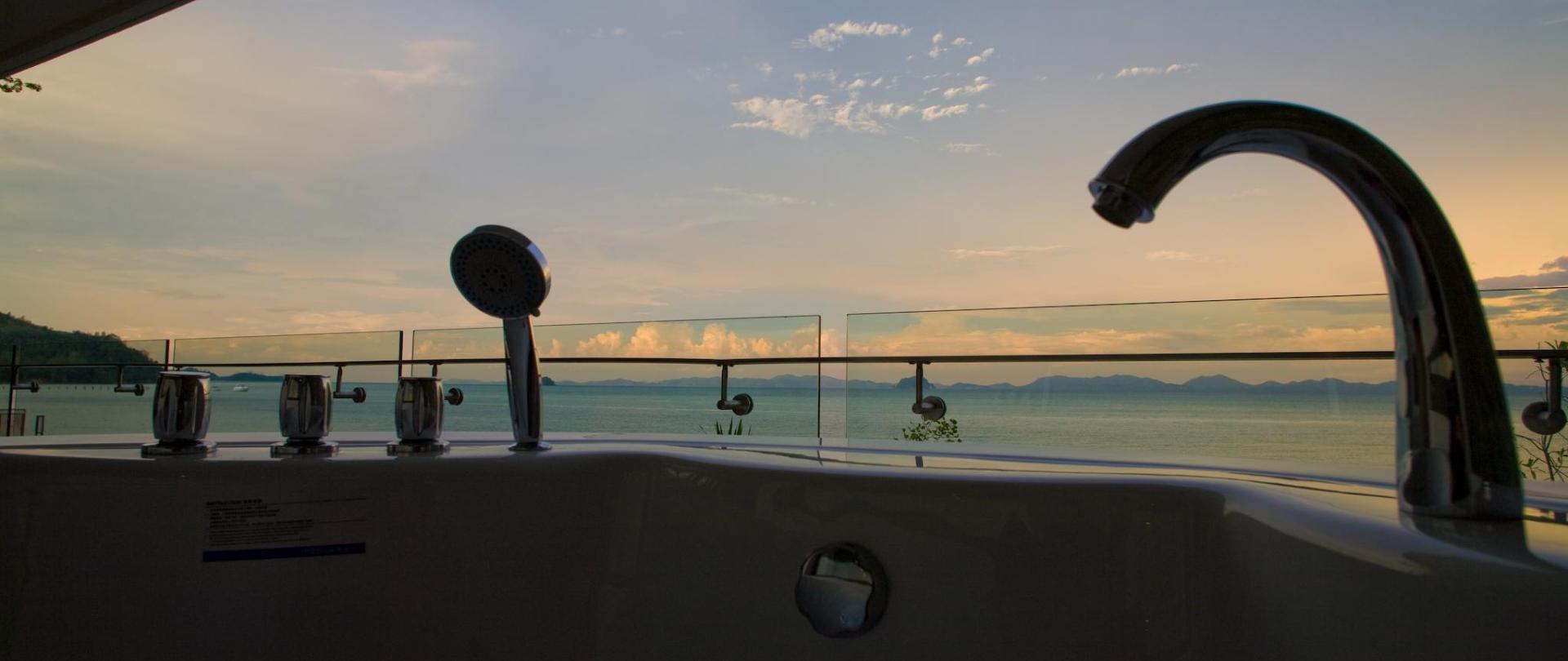 Beachfront_Jacuzzi_01.jpg