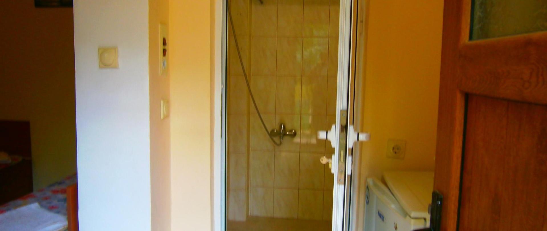 вхід з коридору до чотиримісної ванни