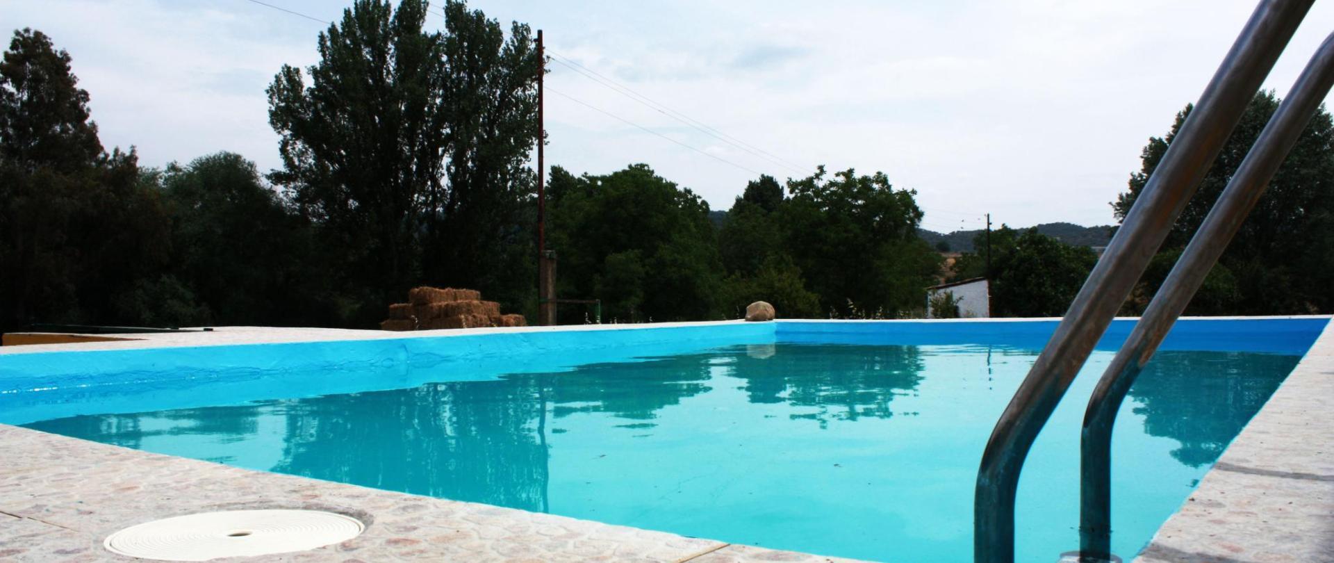 piscina3-casarurallazafrilla.jerezdeloscaballeros.jpg.JPG