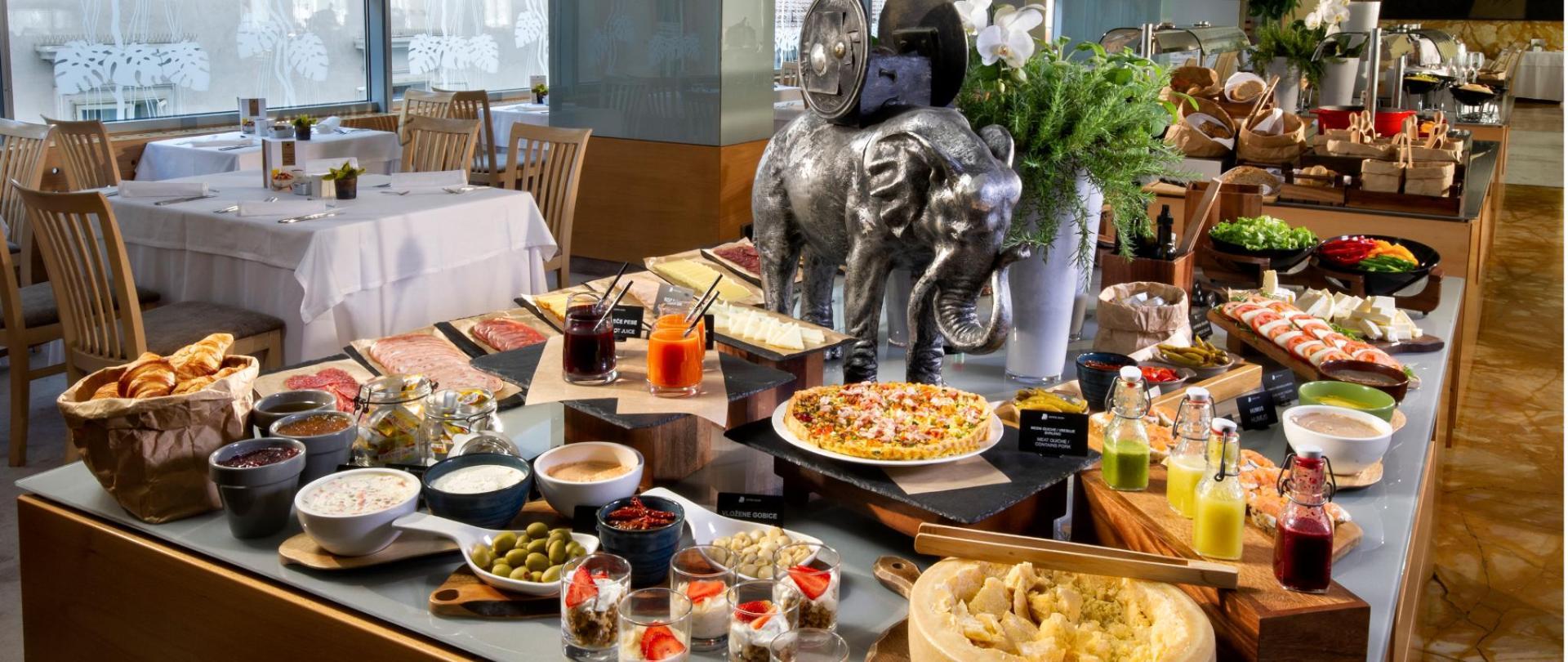 HotelSlon_ByZigaKoritnik2018_breakfast buffet-front.png