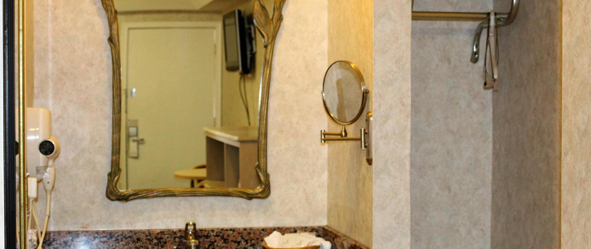 Room Amenities 3.JPG