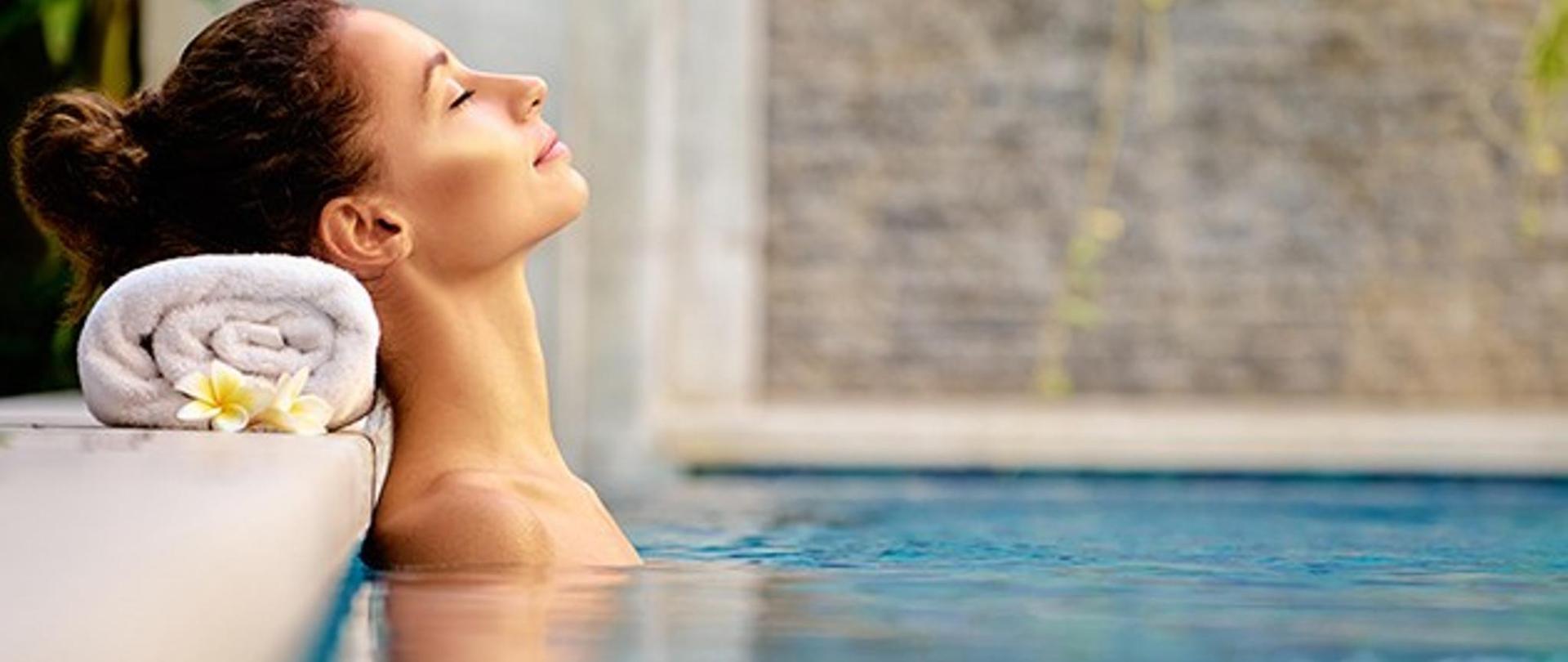 mujer-relajada-en-una-piscina.jpg