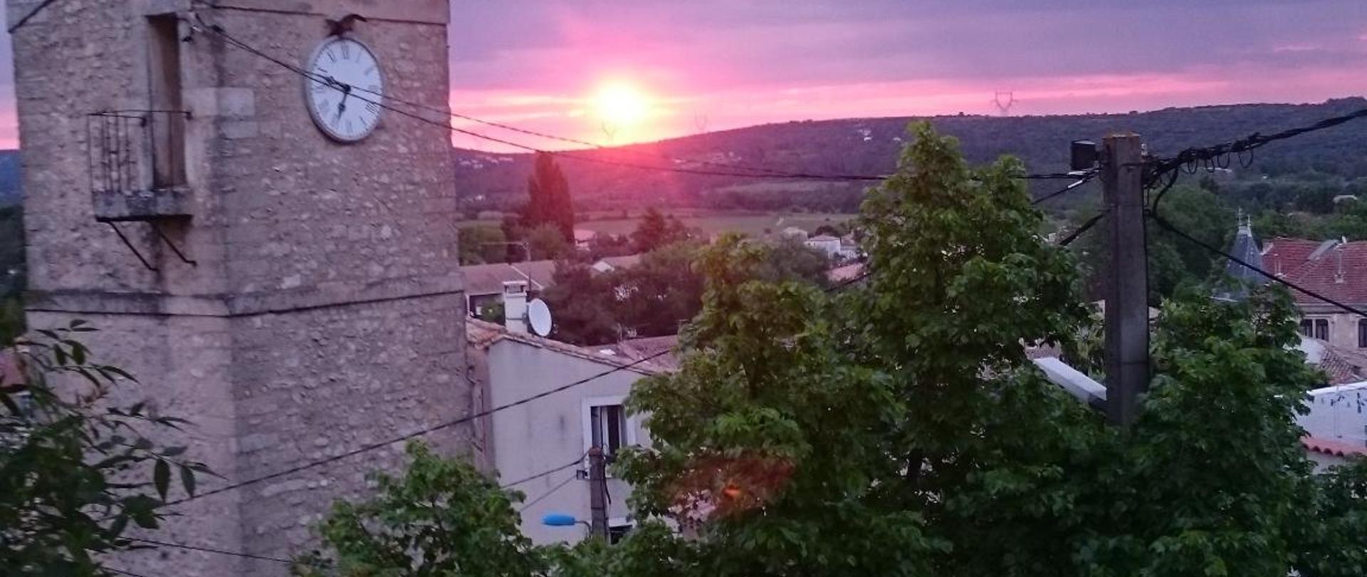 Levée de soleil sur le clocher.jpg