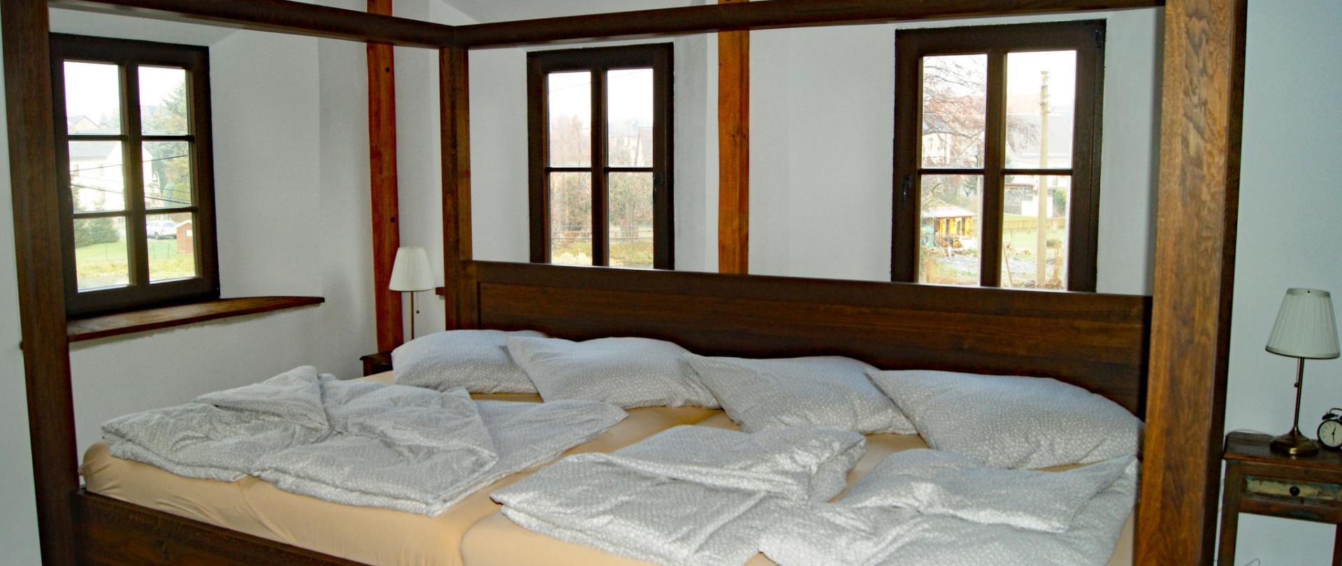 Schlafzimmer mit 360 cm Bett.JPG