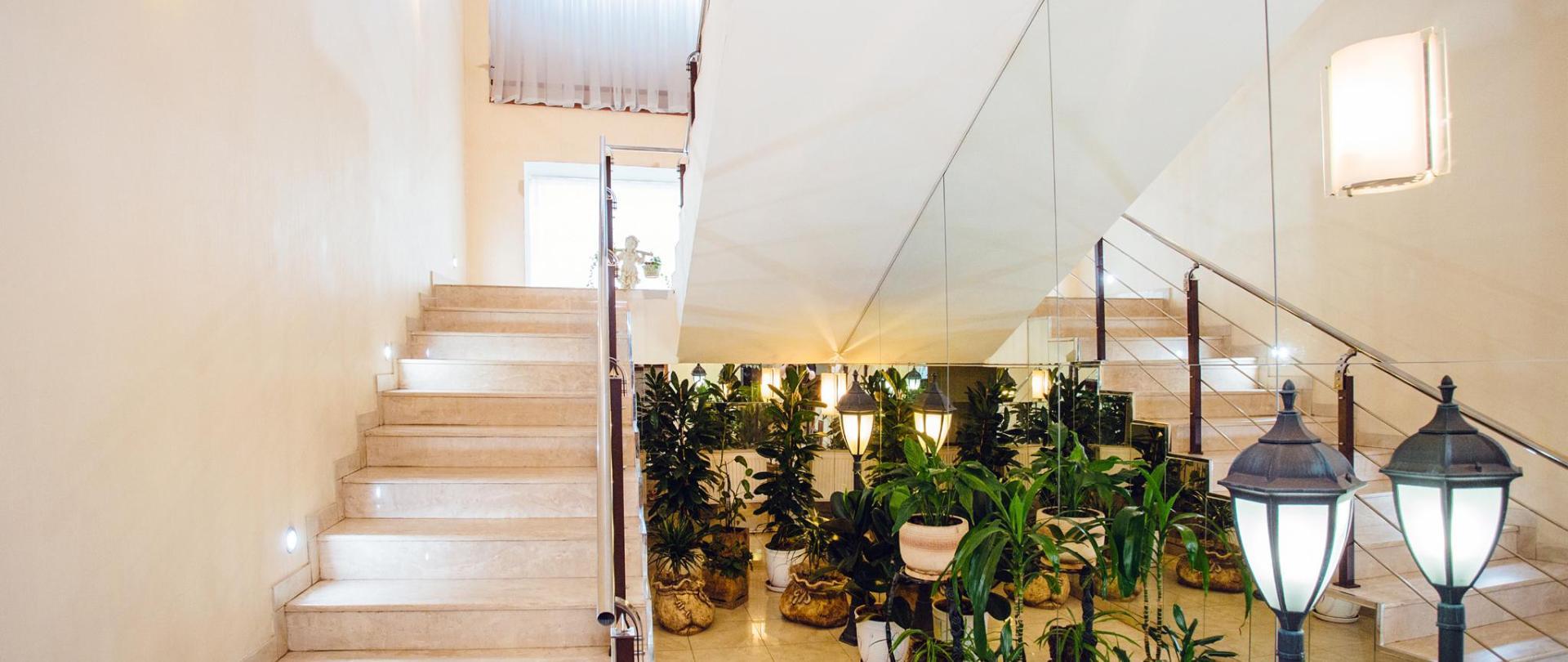 _Отель Лестница 1 этаж.jpg