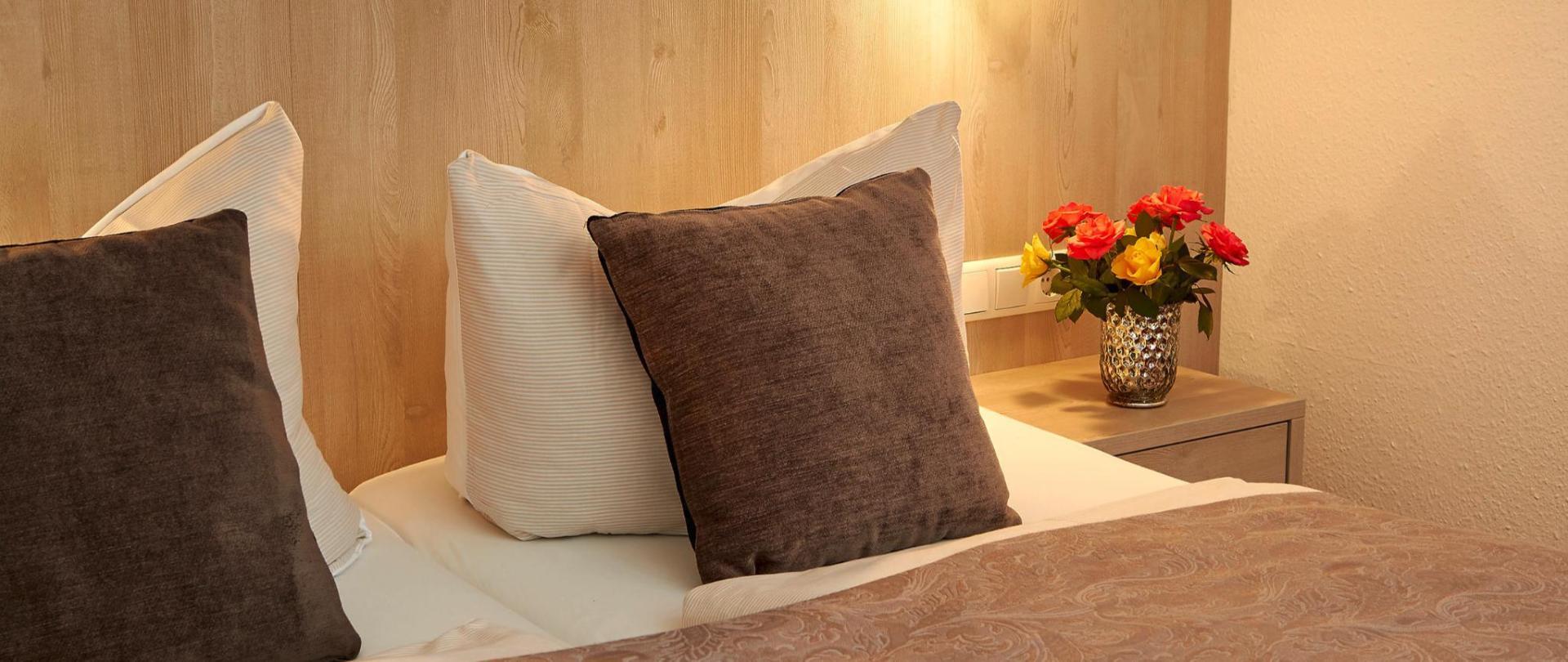 Kissen und Bett, Detail 402.jpg