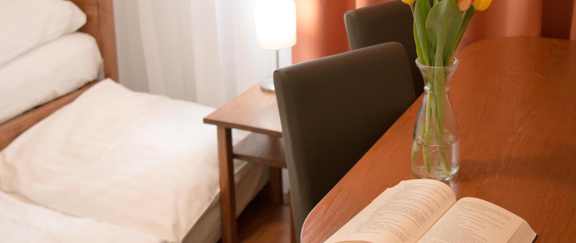 apartman pokoj nalevo detail postele stolek s knihou 0388.jpg