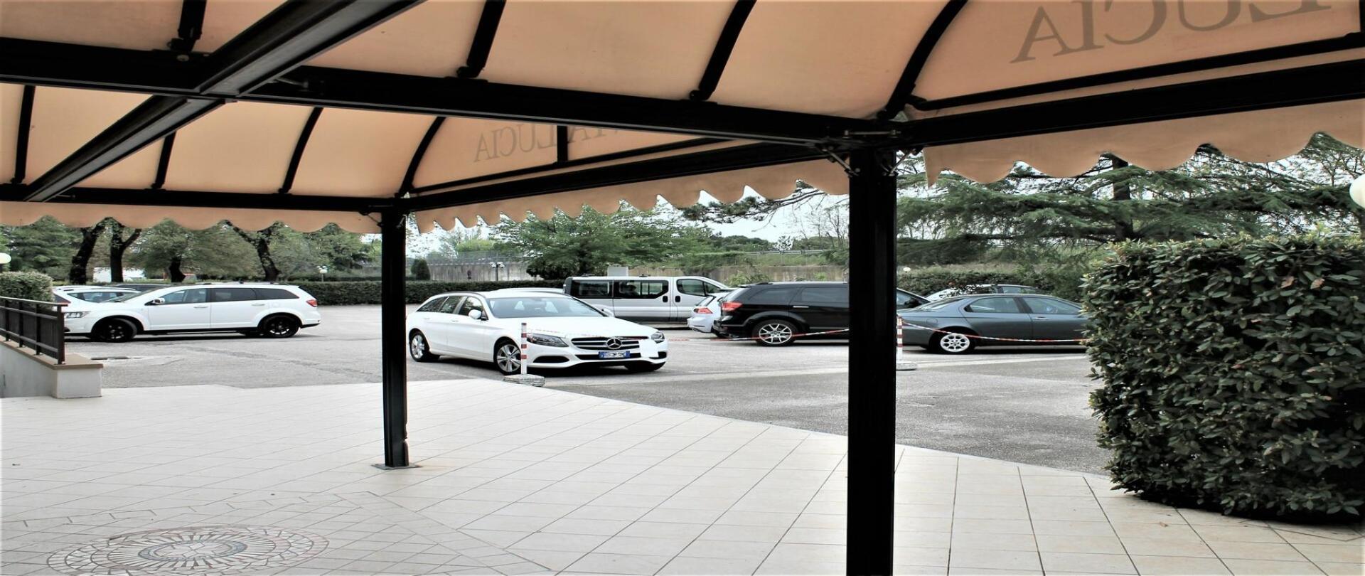 parcheggio dall'entrata.jpg