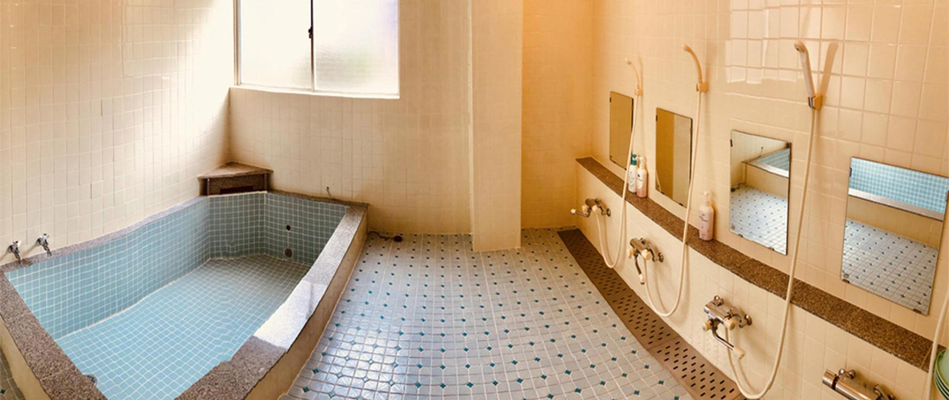 男生泡汤浴室.JPG