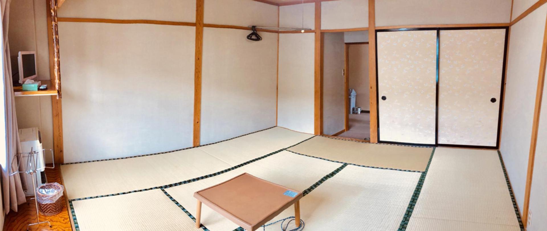 日式山景榻榻米家庭房.jpg