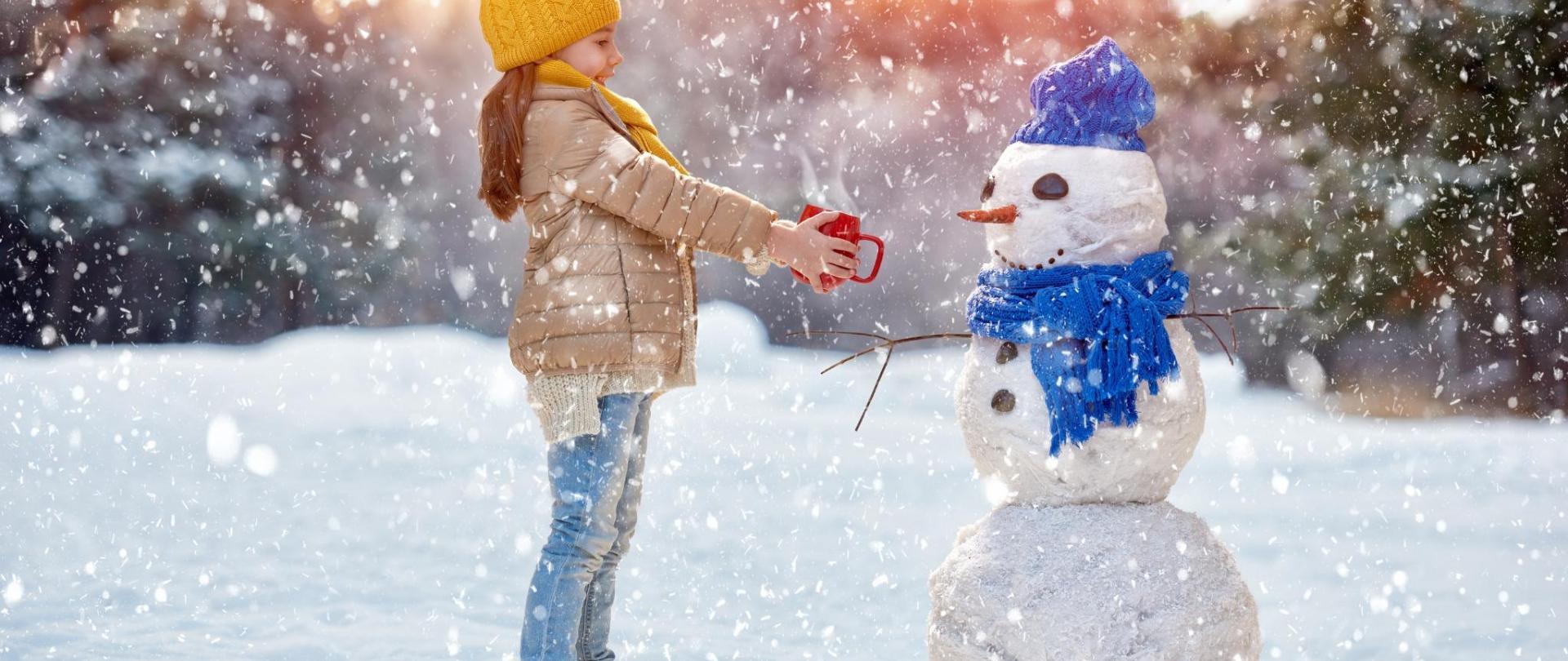Kind gibt Schneemann Tee verkleinert.jpg