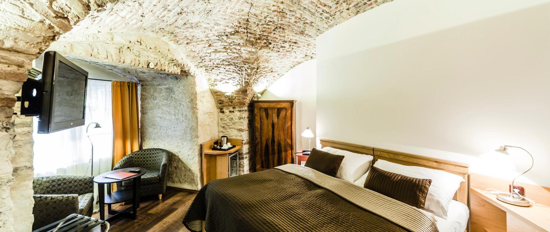Dvoulůžkový pokoj_kamenný strop.jpg