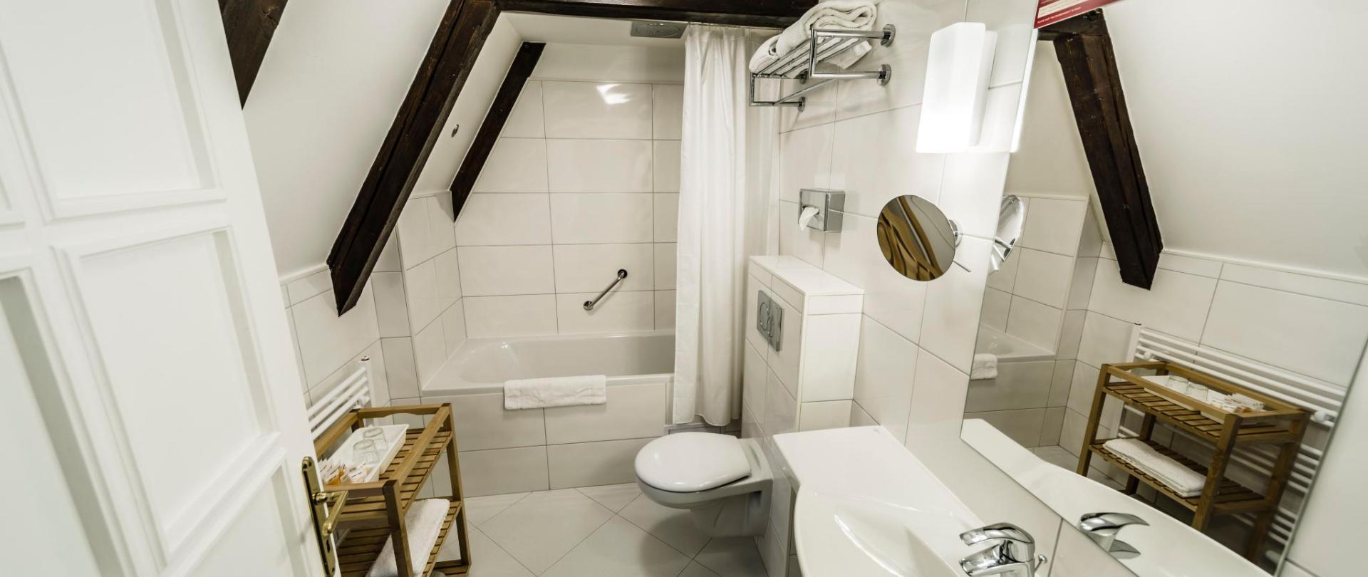 Dvoulůžkový pokoj s výhledem na řeku_koupelna_2.jpg