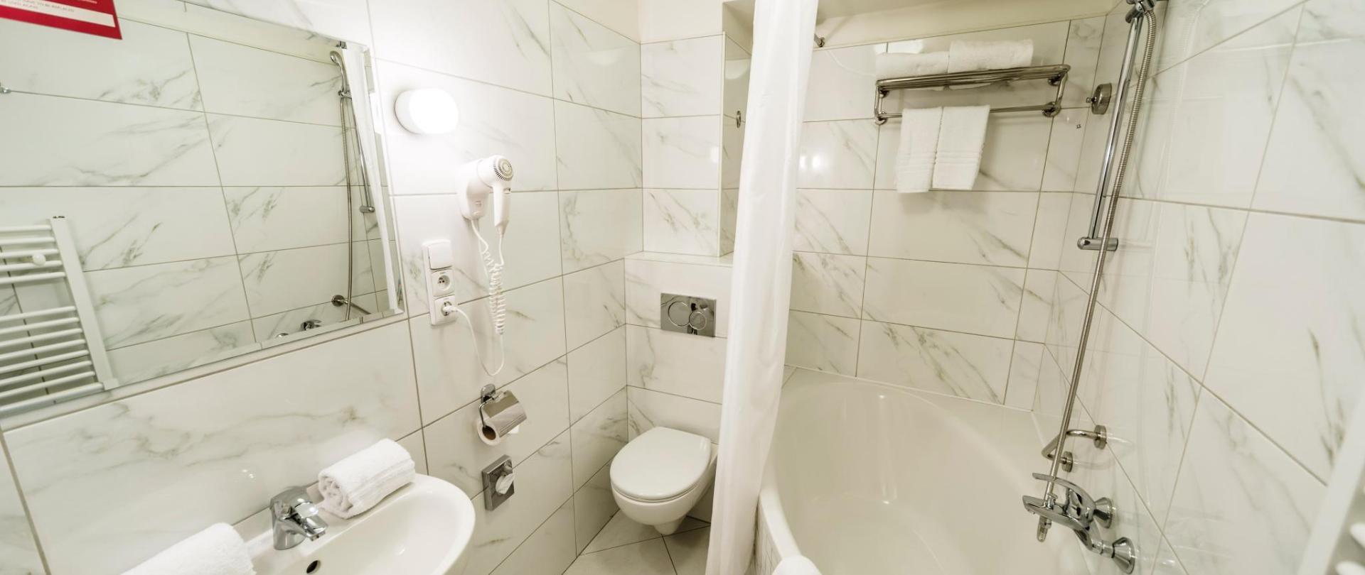 Čtyřlůžkový pokoj_koupelna.jpg