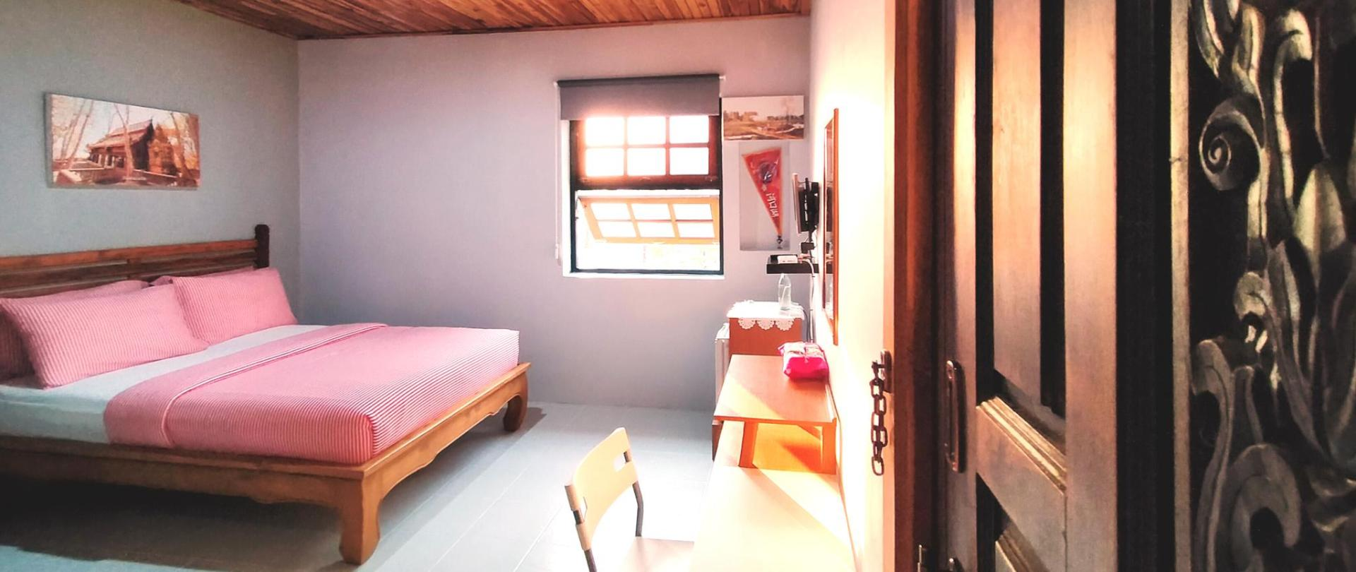 Standard-double-room-2 guests-queen-size-tv-refrigerator-work-desk-I-Ya-Guesthouse-Phayao.jpg