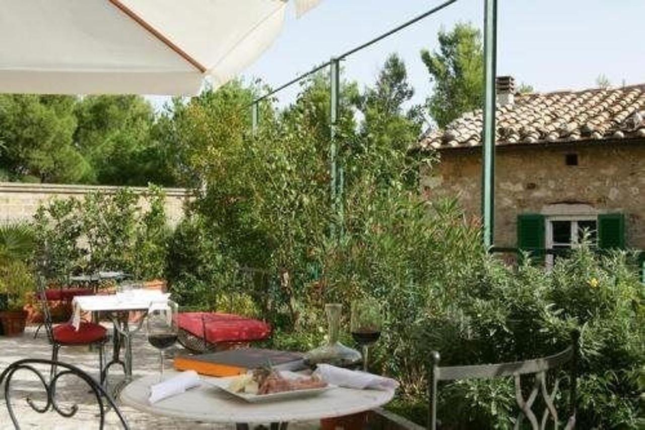 Die Terrasse zum Abendessen im Sommer, um sich zu entspannen oder ein Buch lesen