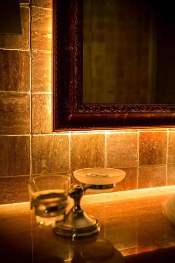 Specchio con illuminazione notturna