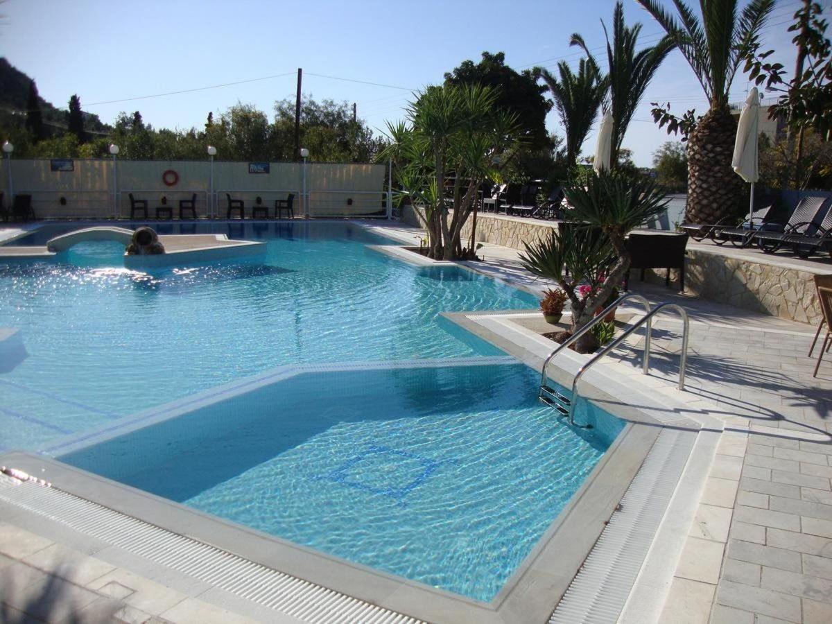 η πισίνα
