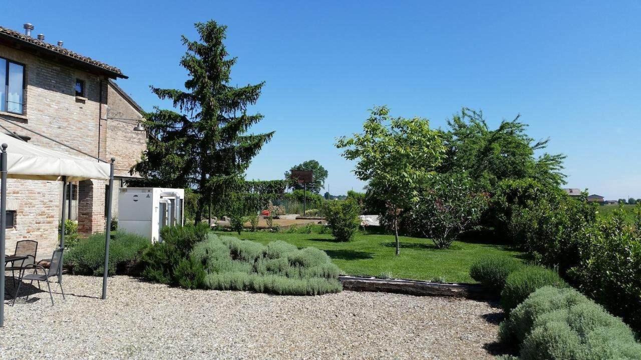 Bluegaribaldi Room&Breakfast - Soragna - Parma - Ampio parcheggio interno e spazio verde per relax