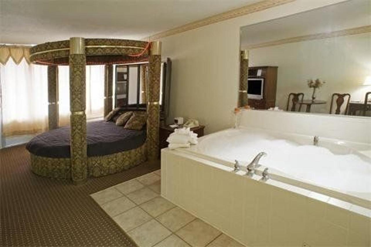 Jacuzzi Rooms1