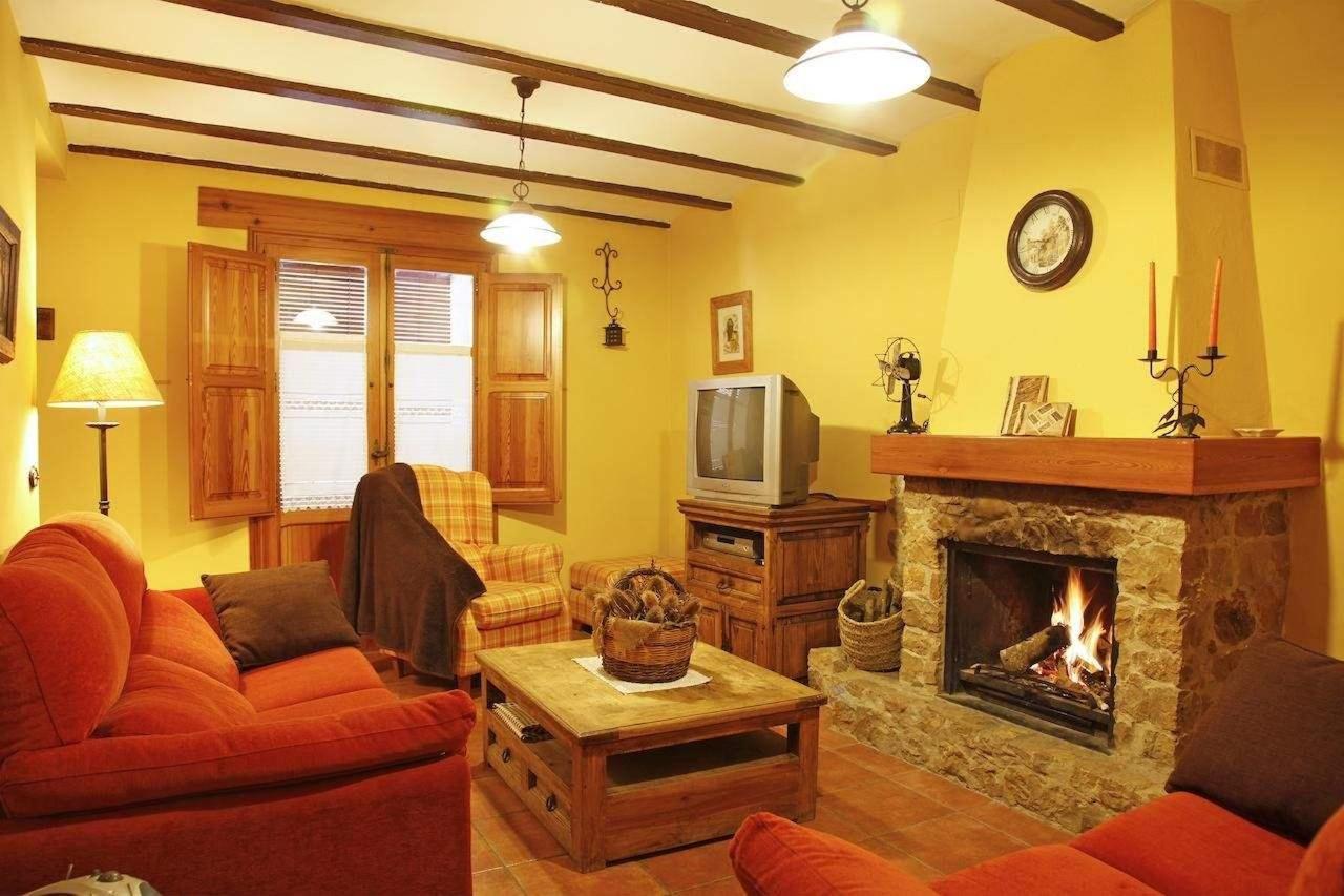 Acogedor salón con chimenea en el primer piso