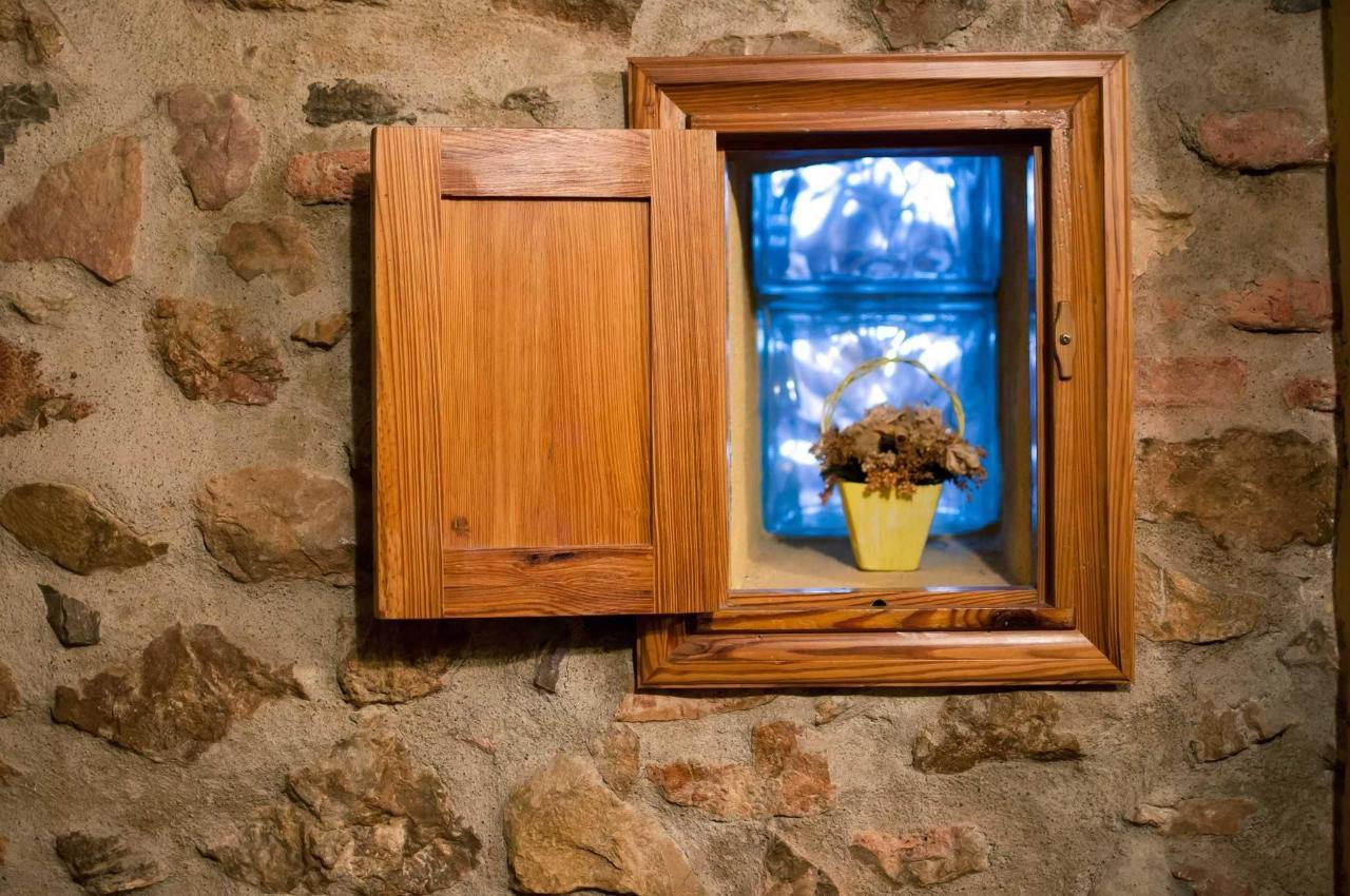 Pequeña ventana original de la casa