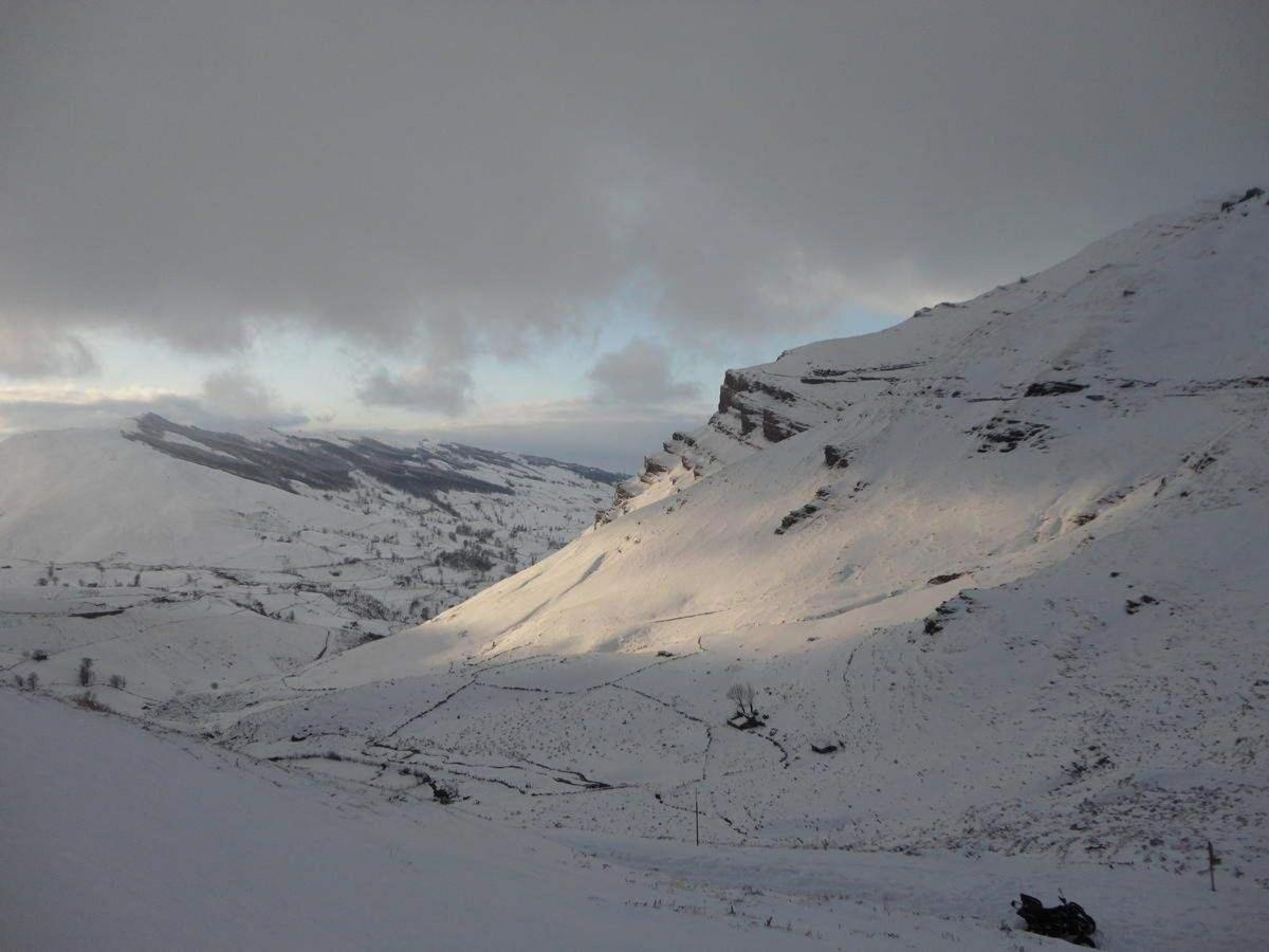 Y en el invierno, mucha nieve esqui de travesia raquetas e incluso una estación de esquí,