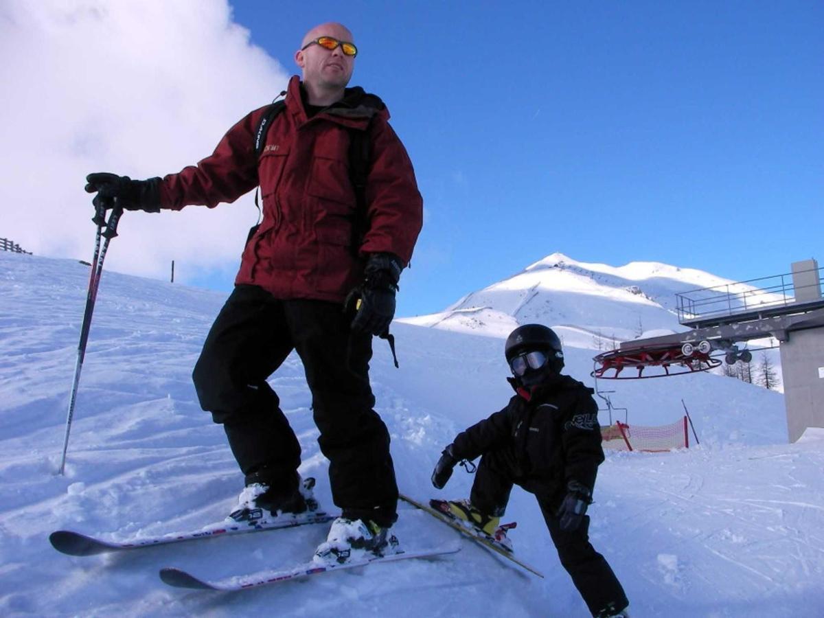 Семья лыж удовольствия