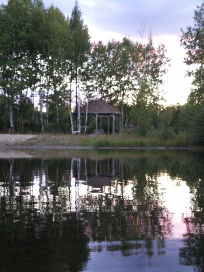 El mirador en la playa en el lago.