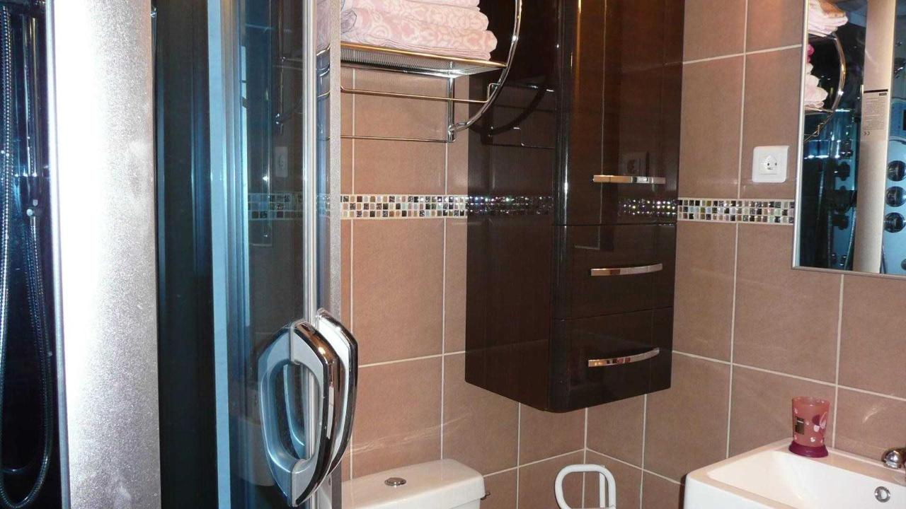 Shower room with hydromassage shower, washbasin, wc